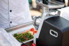 Świeża żywność dla gotować Świezi warzywa, mięso, greenery, ostrzarz robią wieprzowina farszowi w kuchni fotografia stock