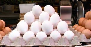 Świeża Biała kurczaków jajek sterta na kartonie dla sprzedaży na rynku zdjęcie royalty free