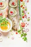 Świeża cała ryba z siekającymi składnikami dla gotować, zamyka up Fotografia Royalty Free