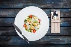 Świeża Caesar sałatka na bielu talerzu z parmesan garnelami i serem Odgórny widok zdjęcie royalty free
