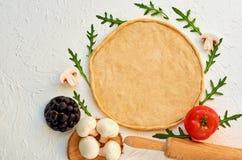 Świeża ciasto pizzy podstawa i naturalni składniki dla jarskiej pizzy na białym stole z toczną szpilką Bezpłatnej kopii przestrze Zdjęcie Stock