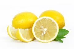Świeża cytryna cała i plasterek zdjęcia stock