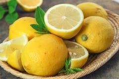 Świeża cytryna cała i plasterek obraz stock