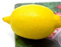 Świeża cytryna na ciapanie desce Zdjęcie Royalty Free