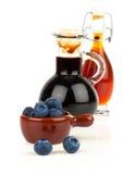 Świeża czarna jagoda i czarna jagoda syrop w szkle Obrazy Royalty Free