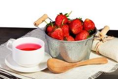 Świeża czerwona truskawka w wiadrze na czarnym drewnianym stole Zdjęcie Stock