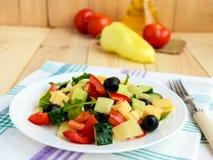 Świeża diety sałatka z ogórkami, pomidory, oliwki serowe obrazy royalty free