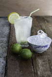 Świeża domowej roboty lemoniada z naczyniem kostki lodu i szkłem Obraz Royalty Free