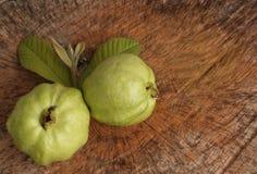 Świeża dwa Guava owoc i liść na drewnianym tle Zdjęcie Stock