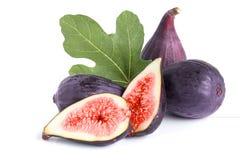 Świeża figi owoc, połówka z liściem odizolowywającym na białym tle i Zdjęcie Royalty Free