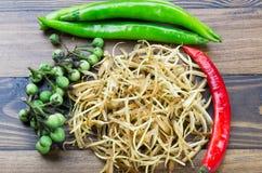 Świeża galingale, chili i indyka jagoda na drewnianej ziemi, Zdjęcie Royalty Free