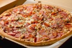 Świeża gorąca mięsna pizza w pudełku Zdjęcia Royalty Free