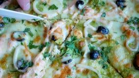 Świeża gorąca pizza z gorącym serem, mussels i oliwkami, zbiory