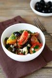 Świeża grecka sałatka z warzywami i chałupa serem Obrazy Stock
