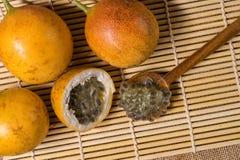 Świeża i dojrzała żółta pasyjna owoc Obrazy Stock