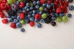 Świeża jagody mieszanka na betonowym tle Zdjęcia Royalty Free