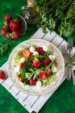 Świeża jarska sałatka z szpinakiem, arugula, avocado plasterkami, truskawkami i mini mozzarellą, Fotografia Royalty Free