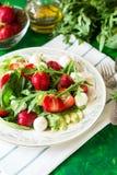 Świeża jarska sałatka z szpinakiem, arugula, avocado plasterkami, truskawkami i mini mozzarellą, Zdjęcia Stock