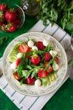 Świeża jarska sałatka z szpinakiem, arugula, avocado plasterkami, truskawkami i mini mozzarellą, Zdjęcie Royalty Free