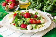 Świeża jarska sałatka z szpinakiem, arugula, avocado plasterkami, truskawkami i mini mozzarellą, Fotografia Stock