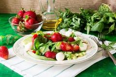 Świeża jarska sałatka z szpinakiem, arugula, avocado plasterkami, truskawkami i mini mozzarellą, Zdjęcia Royalty Free