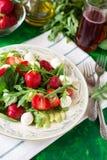 Świeża jarska sałatka z szpinakiem, arugula, avocado plasterkami, truskawkami i mini mozzarellą, Obrazy Royalty Free