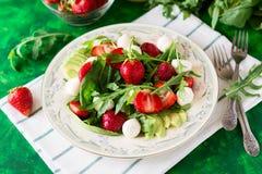 Świeża jarska sałatka z szpinakiem, arugula, avocado plasterkami, truskawkami i mini mozzarellą, Obraz Stock