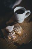 Świeża kawa i ciastka na drewnianej tacy pozyci na łóżku Fotografia Royalty Free