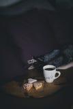 Świeża kawa i ciastka na drewnianej tacy pozyci na łóżku Zdjęcie Stock