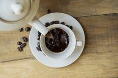 Świeża kawa nalewał w filiżankę fotografia stock