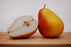Świeża koloru żółtego i czerwieni bonkreta na drewnianej tnącej desce zdjęcie stock