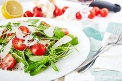 Świeża, lato sałatka z połówkami czereśniowi pomidory, i arugula Zdjęcie Stock