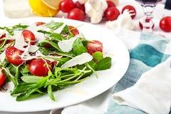 Świeża, lato sałatka z połówkami czereśniowi pomidory, i arugula Obraz Stock