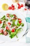 Świeża, lato sałatka z połówkami czereśniowi pomidory, i arugula Obrazy Royalty Free
