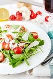Świeża, lato sałatka z połówkami czereśniowi pomidory, i arugula Zdjęcie Royalty Free