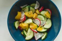 Świeża lato sałatka z rzodkwiami, ogórkami i kolorów żółtych pieprzami, fotografia stock
