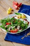 Świeża lekka sałatka z arugula, pieczarki, pomidor w miodu kumberlandzie jeść zdrowo pojęcia Właściwy odżywianie zdjęcie royalty free
