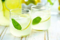 Świeża lemoniada w szkłach na drewnianym stole Fotografia Stock
