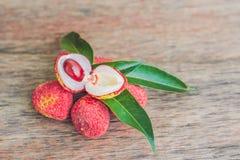 Świeża litchi owoc na starym drewnianym tle Zdjęcie Royalty Free