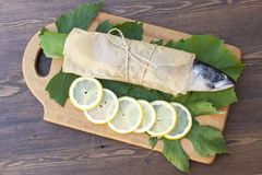 Świeża makrela na papierze w winogronie opuszcza z cytryną Obraz Stock