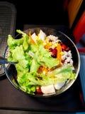 Świeża mieszana warzywo sałatka i jaskrawi kolory jeść zdjęcie stock