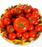 Świeża mieszanka czereśniowi pomidory z Włoskim makaronem Zdjęcia Stock