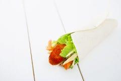 Świeża opakunek kanapka z kurczakiem i warzywami Fotografia Royalty Free