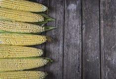 Świeża organicznie żółta słodka kukurudza na drewnianym stole Odgórny widok Obrazy Royalty Free