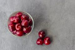 Świeża organicznie dojrzała słodka wiśnia w szkle na ciemnym tle poj?cia zdrowe jedzenie zdjęcie stock