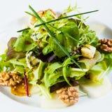 Świeża organicznie jarzynowa sałatka na whte talerzu zdjęcia royalty free