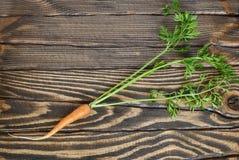 Świeża organicznie marchewka z wierzchołkami na drewnianym stole zdjęcia stock