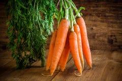 Świeża organicznie marchewki wiązka fotografia royalty free