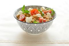 Świeża organicznie sałatka z chickpeas, arugula, pomidory, rustick stół, zakończenie w górę fotografia royalty free