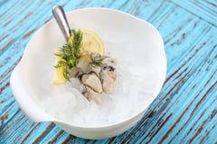 Świeża ostryga z cytryną i kolenderami Ja jest menu dla Zdrowego fotografia stock